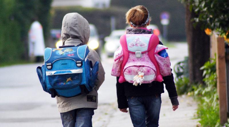 Am Montag beginnt nach den Winterferien wieder die Schule. Die Polizei bittet deshalb alle Verkehrsteilnehmer, sich auf diese Situation einzustellen, vorsichtig zu fahren und Rücksicht zu nehmen.