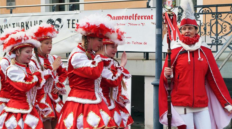 Morgen noch nichts vor und noch ein Kostüm im Schrank? Der Damenelferrat Rot-Weiß Teltow e.V. hält am 1. Februar um 19:11 Uhr seine erste Prunksitzung im Speisesaal der Stubenrauch-Grundschule in Teltow ab.