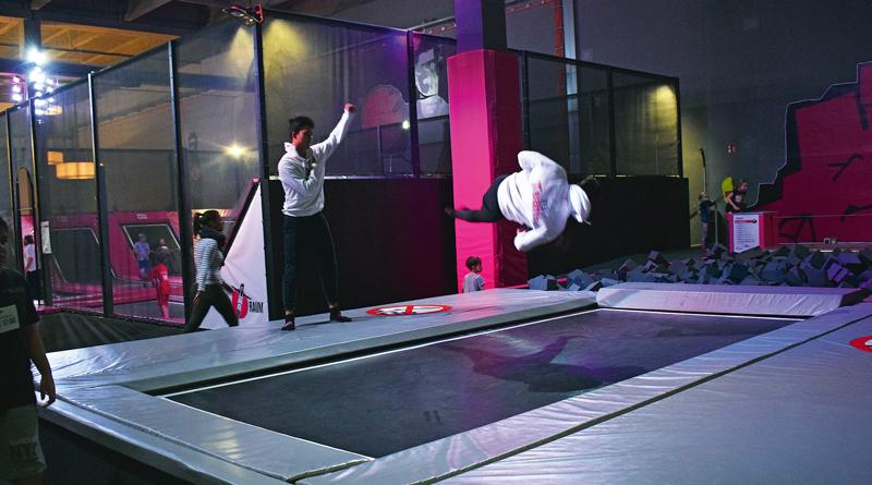 Joggen war gestern, der neue Trendsport heißt Trampolinspringen – und zwar in ganz groß. Wieviel Spaß steckt in dem Sport? Ein Besuch im Sprungraum in Berlin-Tempelhof.