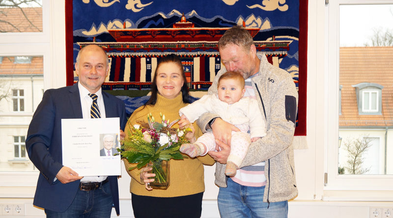 Sie ist sieben Monate alt und hat die Ruhe weg, als sie auf Papas Arm in die vielen fremden Gesichter blickt: Claudia Henriette Rosa Huye ist das jüngste Kind von Clemens und Sabrina Huye und hat mit Frank-Walter Steinmeier einen prominenten Patenonkel.
