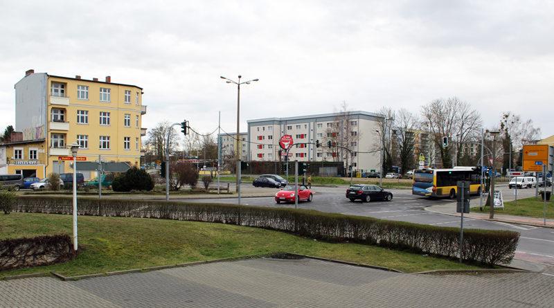 Kaum ein Ort in Teltow ist strategisch so wichtig und gleichzeitig so unansehnlich wie der Ruhlsdorfer Platz. Dem Eingangstor zur Altstadt sieht man die Fokussierung auf den Autoverkehr an, die zu seiner Entstehungszeit en vogue war. Für Radfahrer ist er ein gefährliches Pflaster und Fußgängern bietet er wenig Aufenthaltsqualität.