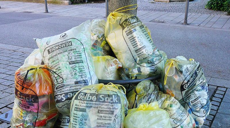 Die Teltower Stadtverwaltung und weitere Ausgabestellen sind wegen der Corona-Epidemie derzeit für die Öffentlichkeit geschlossen, woher also die gelben Säcke bekommen, um Plasik und Verpackungen wie gewohnt zu trennen? Zwei Tankstellen in Teltow haben sich bereit erklärt.