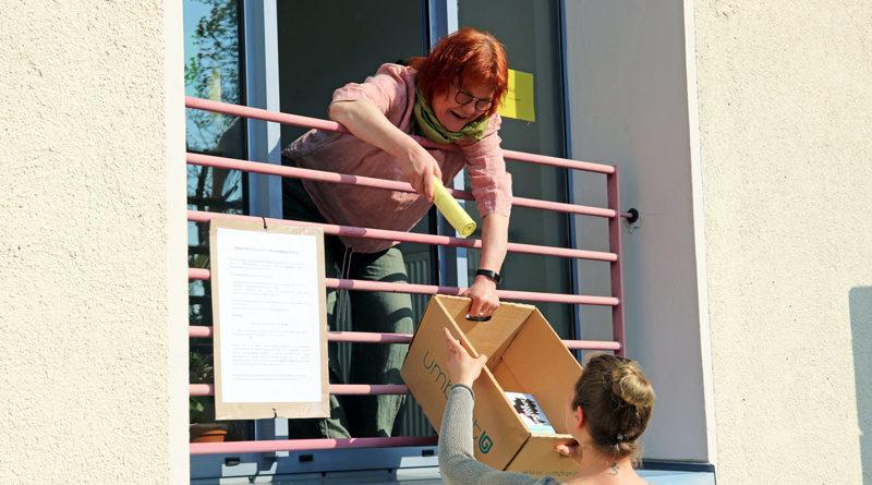 """Not macht erfinderisch. Statt Burger und Pommes gibt es am """"Drive-in"""" der Gemeindebibliothek Stahnsdorf seit dem 6. April Bücher, Zeitschriften, CD's, DVD's und Spiele, die die Mitarbeiterinnen den Nutzern durch das Fenster reichen"""