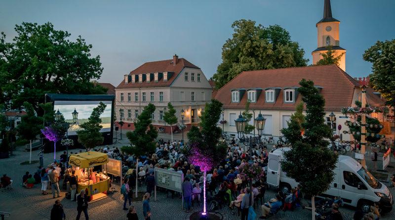 Vom 6. April bis zum 3. Mai können Bürgerinnen und Bürger aus Teltow, Kleinmachnow und Stahnsdorf an der Online-Abstimmung für den 9. Open-Air-Kinosommer der TKS-Region teilnehmen. Nachdem 2019 Musikfilme liefen und 2018 die Lieblingsfilme der Bürgermeister, stehen in diesem Jahr zehn (Co-)Produktionen aus den Filmstudios im benachbarten Babelsberg zur Auswahl.